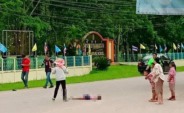 สลด!! ลูกชายกำนัน ต.จำปาโมง อ.บ้านผือ จ.อุดรธานี เมาแล้วขับวีออสชนเด็กนักเรียนหญิงวัย 8 ปี ขณะข้ามถนนหน้าโรงเรียนเสียชีวิต (มีคลิป)