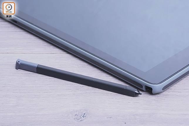 內建Wacom EMR Pen電磁觸控筆,設有筆槽可供放筆。(莫文俊攝)