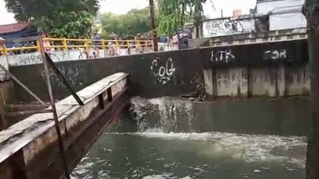Kali Sekretaris mengalami kebocoran sehingga air melimpas ke Kali Gendong di kawasan Grogol Petamburan Jakarta Barat, Sabtu (18/1/2020). (ANTARA/HO-BPBD DKI Jakarta)