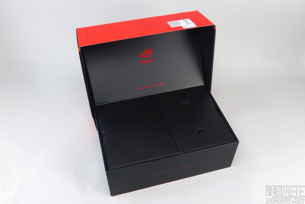 掀起 ROG Thor 盒裝依舊有著迎賓設計,電源供應器本體與<a href=