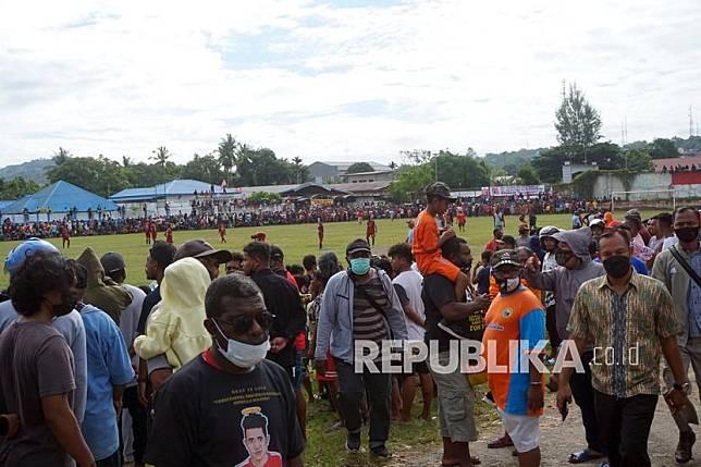 Warga berkerumun menyaksikan pertandingan sepak bola di Lapangan Hoki Sorong, Papua Barat, Jumat (7/5/2021). Kepolisian Sorong Kota membubarkan kerumunan massa tersebut yang mengabaikan protokol kesehatan di masa pandemi COVID-19.