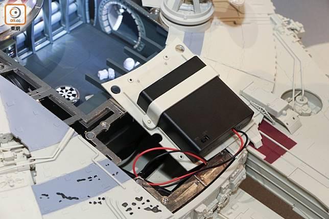 設有電箱,用4枚AA電芯就能推動所有電動機關。(張錦昌攝)