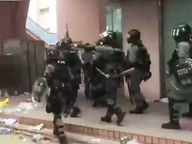 防暴警察在上水中心外驅散在場市民。港台圖片