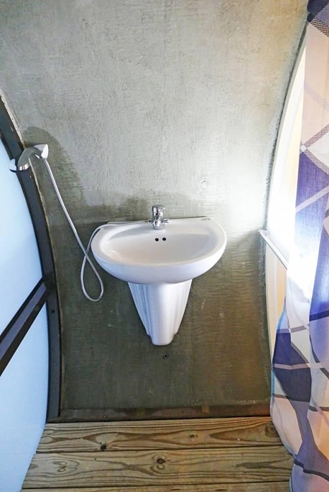 在房間末段,設置了獨立的馬桶。(互聯網)