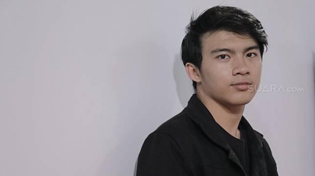 AKtris Gusti Rayhan berpose saat berkunjung di kantor Redaksi Suara.com. [Suara.com/Oke Atmaja]
