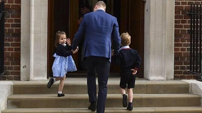 Pangeran William didampingi Pangeran George dan Putri Charlotte menjenguk anggota baru keluarga mereka. [AFP]