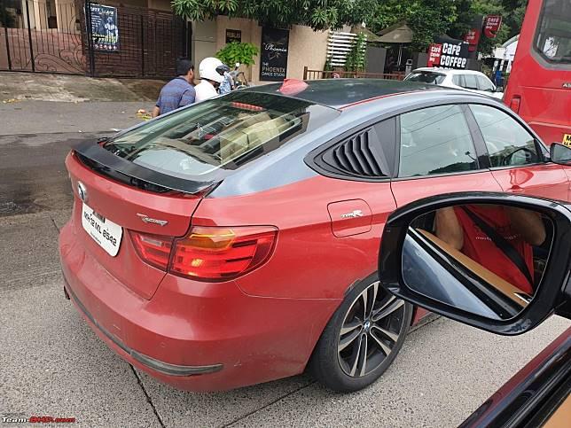 Sebuah BMW seri 3 GT warna merah terciduk menggunakan stiker Type R dari merek sebelah, Honda