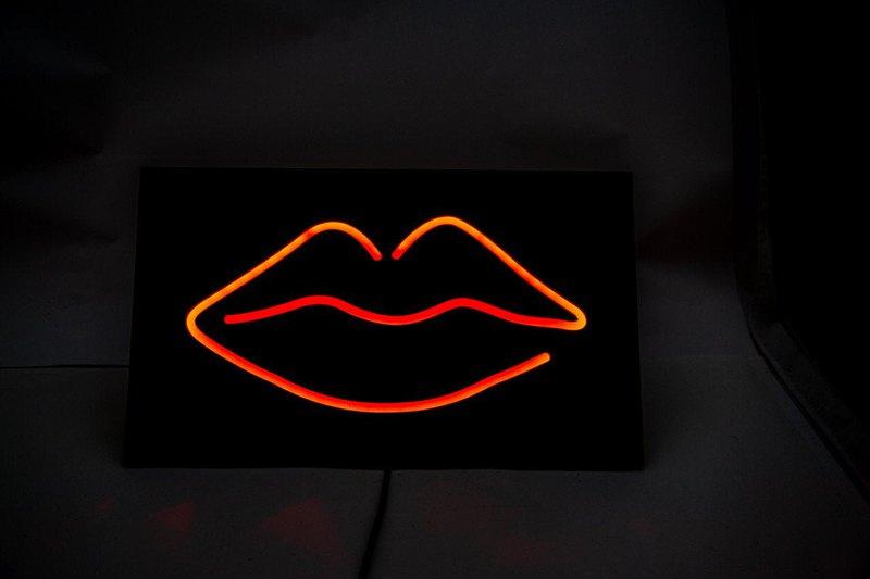 """男子洞壁燈霓虹燈標誌風格""""LIPS""""。酷牆藝術。手工塗上亞光黑漆。由MDF製成。"""