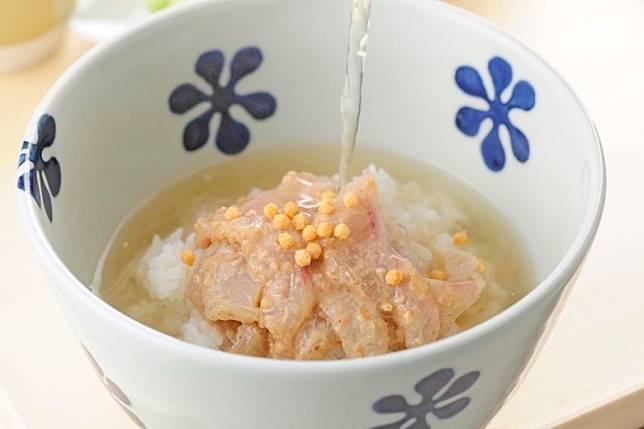 鯛茶泡飯鋪有大量新鮮真鯛,並添了含有多種果仁的胡麻醬。(互聯網)