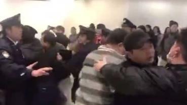 【黑人問號】陸客不滿航班延誤,於機場高唱國歌抗議
