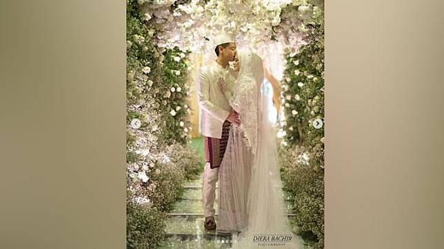 Cut Meyriska dan Roger Danuarta usai prosesi akad nikah, yang diabadikan fotografer Diera Bachir. Instagram/@dierabachir