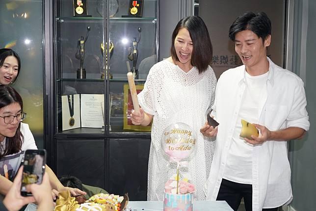 張晉為蔡少芬驚喜送上一束46枝玫瑰及粉紅蛋糕。工作室圖片