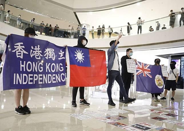 示威者展示的旗幟及標語。(李志湧攝)