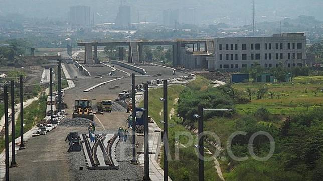 Pekerja mulai memasang rel baja kereta cepat Jakarta Bandung dengan latar pembangunan Stasiun Tegalluar, Kecamatan Bojongsoang, Kabupaten Bandung, Selasa, 12 Oktober 2021. Pemerintah akan menambal beban biaya anggaran proyek dari APBN untuk mempercepat tenggat beroperasi di akhir 2022.  TEMPO/Prima Mulia