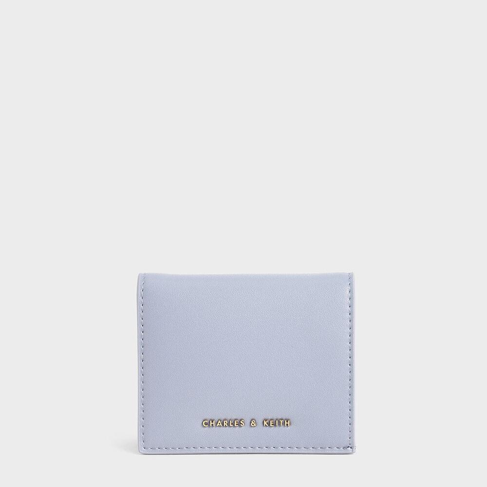今年設計師特別調配出浪漫、純淨的藍色,讓人放鬆心情度過愜意悠閒的日常。在忙碌或愜意的日子裡,需要外出時,它都扮演著最貼心的角色。 附有六格卡片夾層、一個拉鍊零錢夾、一個鈔票夾層,款式輕薄卻面面俱到,身