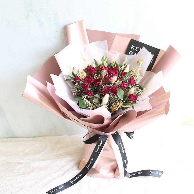 21朵玫瑰代表「真誠的愛」 七夕情人節就讓這款花來表達你的心意 花面寬約30cm 含包裝花面寬約40cm 高約50cm。商品為實品拍攝,因螢幕解析度與色調不同,顏色可能與實品有些微差異。收到花禮後若有