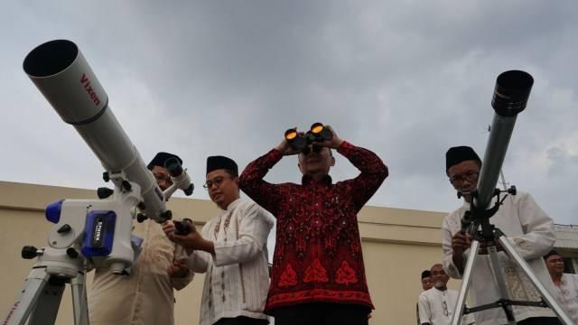 Anggota tim Hisab Rukyat Kemenag DKI Jakarta memantau hilal di Gedung Kanwil Kemenag DKI Jakarta, Jakarta Timur, Minggu (5/5). Foto: Jamal Ramadhan/kumparan