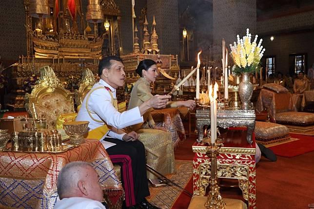 ในหลวง-พระราชินี เสด็จฯบำเพ็ญพระราชกุศลวันคล้ายวันพระบรมราชสมภพ ร.9