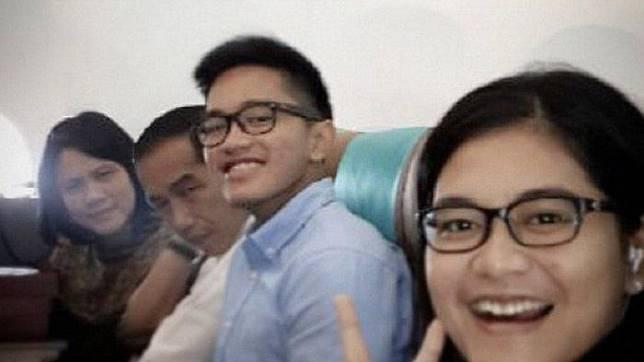 Kaesang bersama Jokowi dan keluarga di dalam pesawat