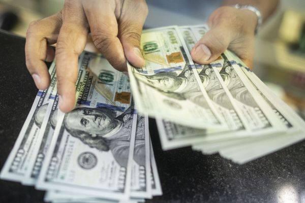 Dolar AS jatuh pada akhir perdagangan Senin (Selasa pagi WIB), karena sentimen risiko membaik ditopang optimisme bahwa pemulihan ekonomi.