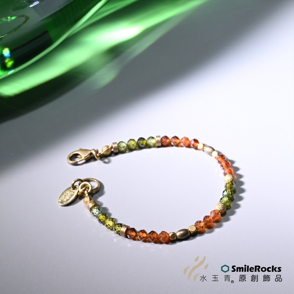 | 鋁石榴石 |石榴石英文名稱叫 Almandin Garnet,因顏色深紅帶紫故稱「紫牙烏」其名自古代阿拉伯語「牙烏」意即「紅寶石」錳鋁榴石呈橘紅色,寶石晶體較少,由於顏色特殊,有漸受重視的趨勢。石