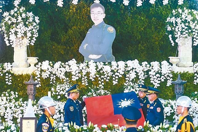 在車廂中遭刺身亡的鐵路警察李承翰昨天公祭,靈柩上覆蓋國旗與警旗。