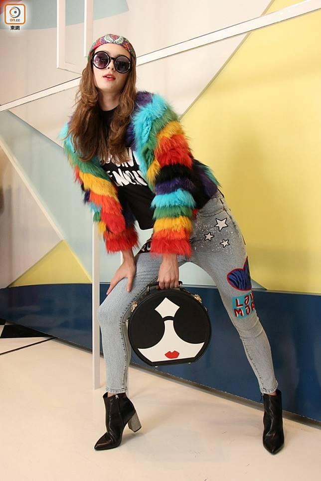 alice+olivia彩色兔毛外套 、黑色Print Tee 、繡花牛仔褲 、黑色短靴 、Stacey Face小皮箱 (盧展程攝)