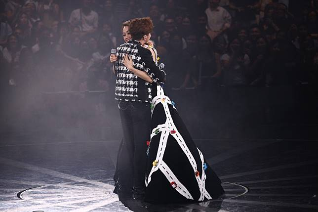 兩人深情擁抱。