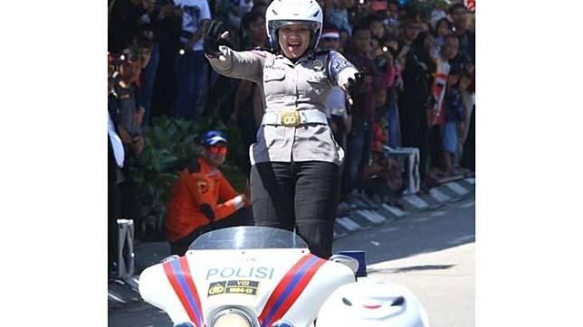 Polwan Cantik Bandung atraksi lepas tangan saat naik moge.