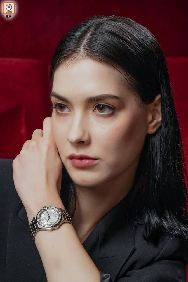 Chopard Alpine Eagle精鋼款式,霜白色珍珠貝母錶盤和鑲鑽錶圈 (張群生攝)