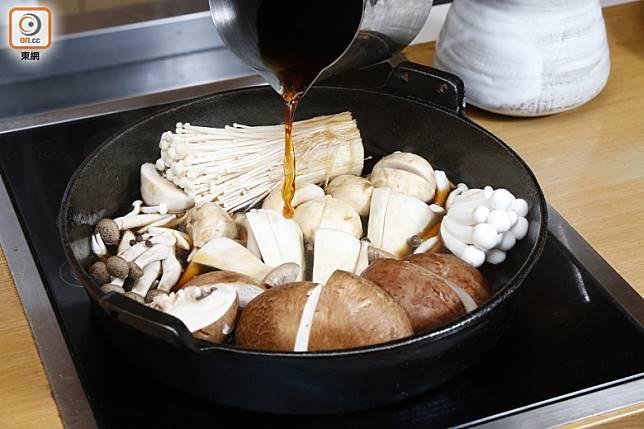 然後加醬汁煮至沸騰。 (郭凱敏攝)