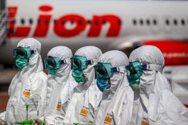 Petugas bersiap sebelum melakukan proses sterilisasi pesawat Lion Air di Terminal 1 Bandara Soekarno Hatta, Tangerang, Banten, Selasa (17/3)