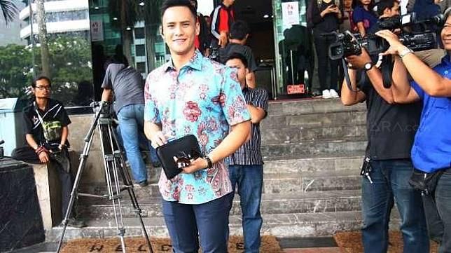 Pembawa acara yang juga artis Choky Sitohang sambangi KPK, Jakarta, Kamis (19/3).