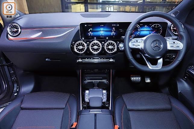 車廂設備與豪華度升級,標準配備MBUX多媒體屏幕系統及平底運動化軚環,駕駛者更透過語音系統可直接設定如冷氣及音響系統等。 (方偉堅攝)