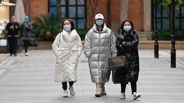 Orang-orang berjalan di sebuah jalan kawasan perniagaan di Wuhan, Hubei, Cina tengah, Senin, 30 Maret 2020. Puncak wabah virus corona COVID-19 di Wuhan terjadi pada bulan Februari lalu. (Xinhua/Shen Bohan)