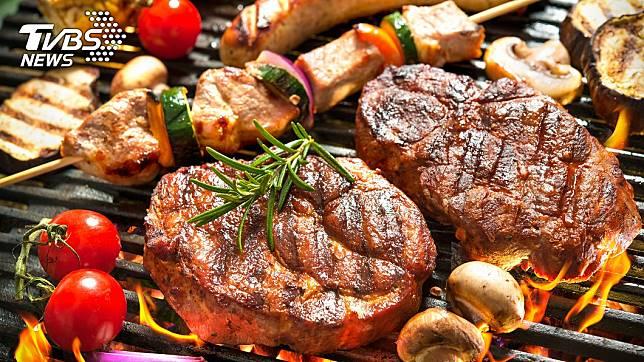 中秋節烤肉應少吃一點,飲食不正常恐換大腸癌。 圖/TVBS