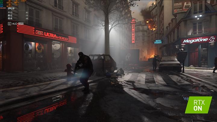 透過啟用RT核心功能後,在《Wolfenstein:Youngblood》的街道場景中,從煙霧瀰漫街道、水中倒影的霓虹燈依然清晰不模糊,可以看到遊戲畫面的光影變化更加真實細膩。