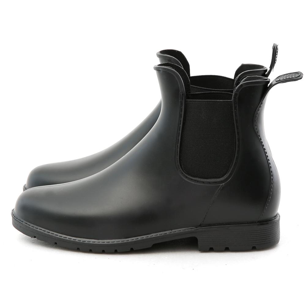 新一代時尚雨靴, 就連下雨天也要無比有型 現在就和無趣平凡的大眾款雨靴BYE BYE! 低調霧面的鞋面讓整體質感大大提升 鬆緊帶拼接設計營造出視覺的豐富感 特殊PVC防水橡膠材質一體成型打造完美鞋身