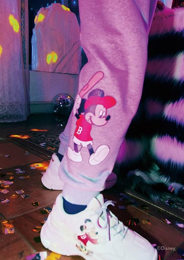 Big Ball Chunky鞋款也配上米奇圖案推出特別的設計款式。(互聯網)