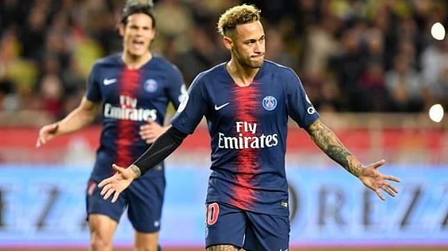 Bintang Paris Saint-Germain asal Brasil Neymar merayakan golnya dari titik penalti ke gawang Monaco di