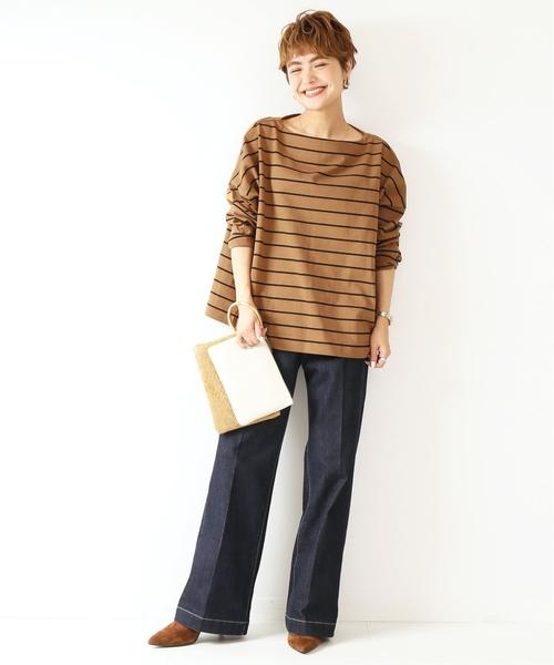 棕色橫條紋上衣搭配中摺線牛仔褲