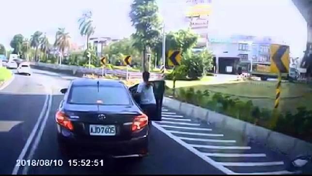 ▲黑色汽車突然減速,女乘客不顧車子還在行駛,直接打開車門下車。(圖/翻攝自爆料公社官網 , 2018.08.10)