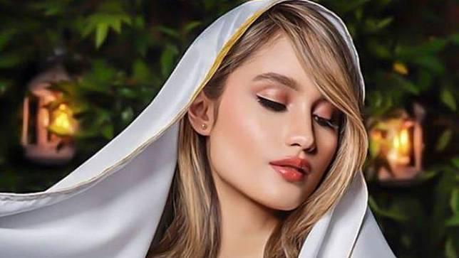 Cinta Laura Unggah Foto Pakai Kerudung Pashmina