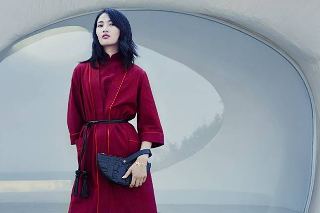 FOR HER:SHANGHAI TANG Bamboo Jacquard Kimono Robe with Leather Belt、Half Moon Leather Wristlet Clutch(互聯網)