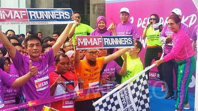 Menteri Kelautan dan Perikanan Susi Pudjiastuti melepas para pelari dalam ajang Dua Dekade KKP di Kantor Kementerian Kelautan dan Perikanan, Jakarta, 18 Oktober 2019. EKO WAHYUDI