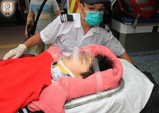 墮樓男童送院搶救。(張開裕攝)