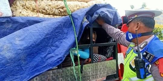 Nekat Ingin Mudik, Dua Warga Semarang Sembunyi di Pickup Muatan Kerupuk