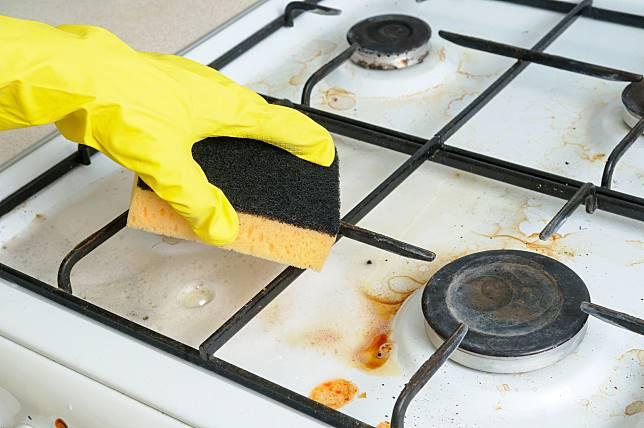 ▲趁瓦斯爐爐面還有餘溫時順手擦拭,是最佳清潔方式。(圖/信義居家提供)