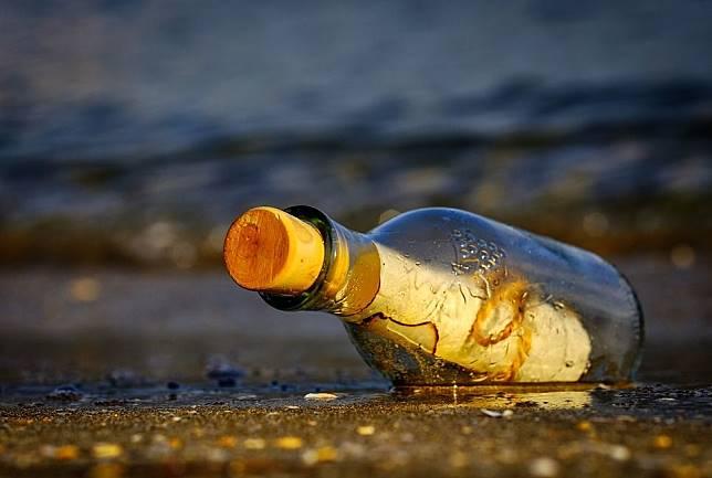 Bak Negeri Dongeng, Seorang Perempuan Temukan Kertas dalam Botol, Fakta di Balik Isinya Bikin Sedih