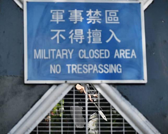 有解放軍在閘內戒備。